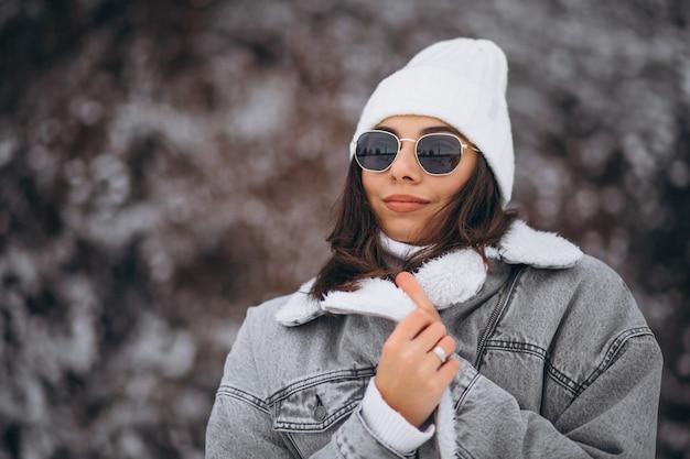 冬の公園でトレンディな少女