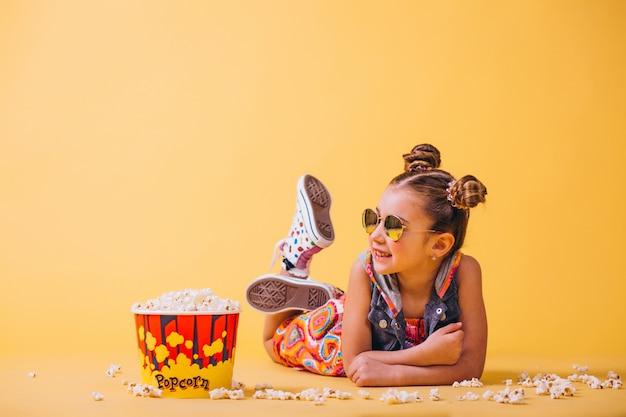 Милая девушка ест попкорн