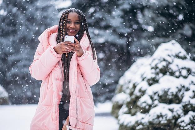 アフリカ系アメリカ人の女性が電話を使用して