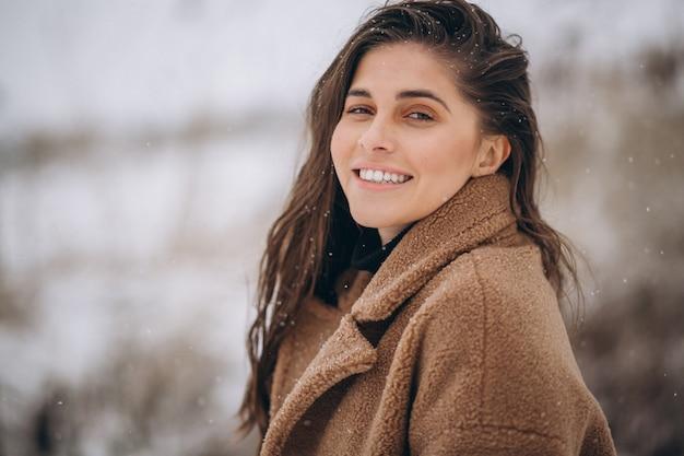 冬の外で幸せな女の肖像