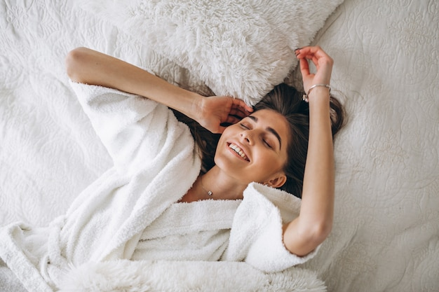 Молодая женщина в постели