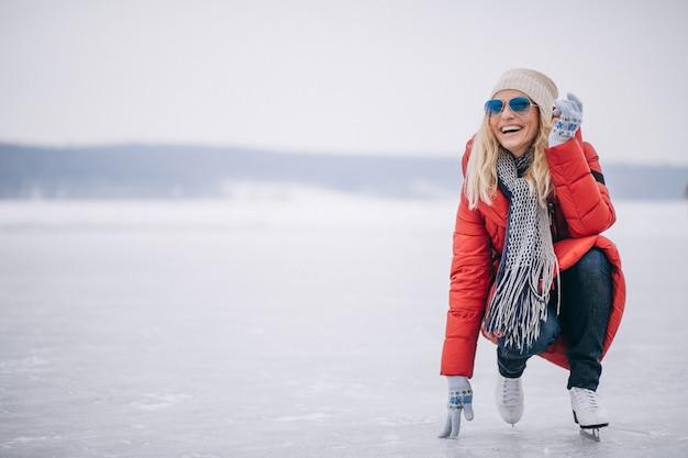 湖で女性スケート