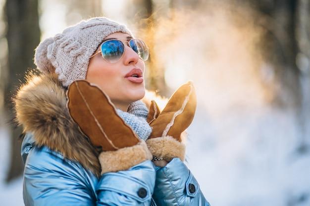 Женщина бросает снег