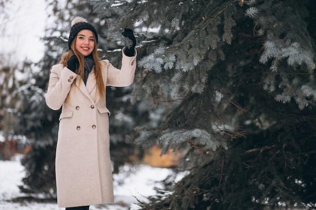冬の公園で幸せな女