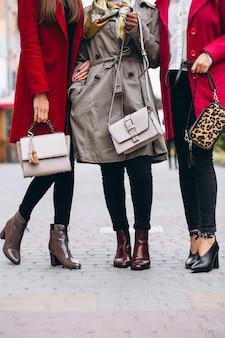 女性のバッグをクローズアップ