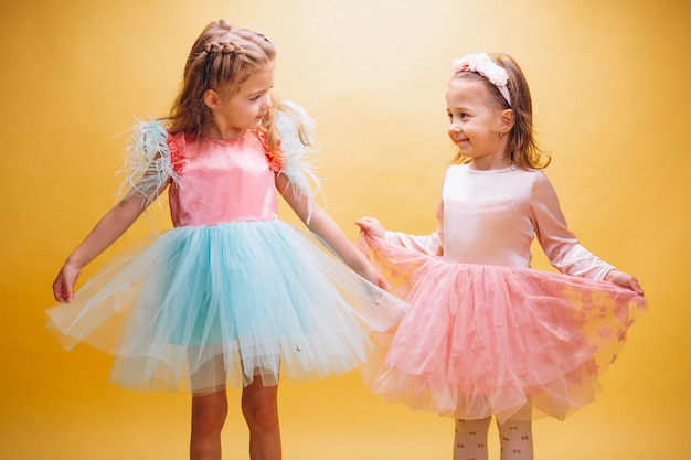 かわいいドレスの二人の少女