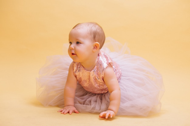 ドレスのかわいい幼児