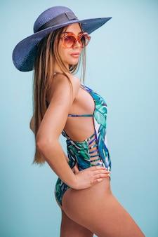 分離された水着姿で美しい女性モデル
