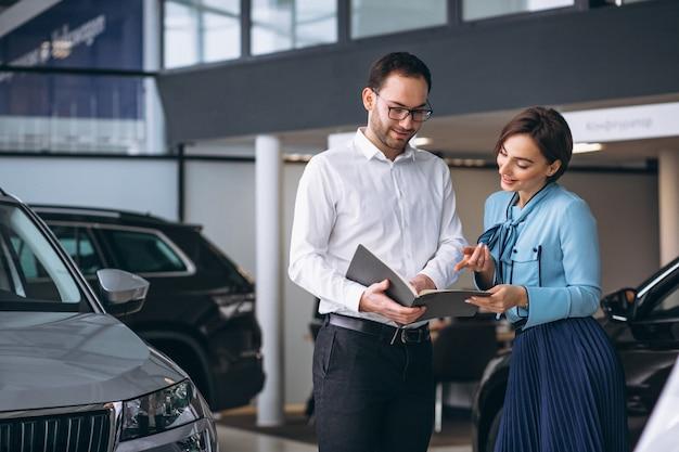 美しい女性が車を買う