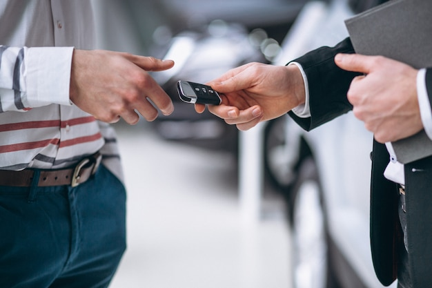 Женские руки крупным планом с ключами от машины