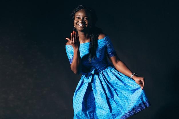 スタジオでのアフロアメリカンの女性モデル