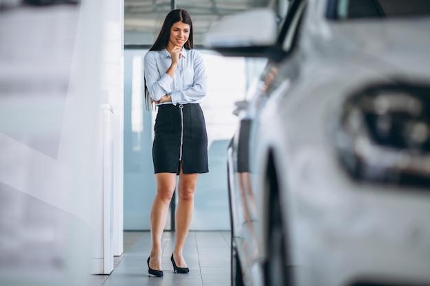 Молодая женщина, покупая автомобиль