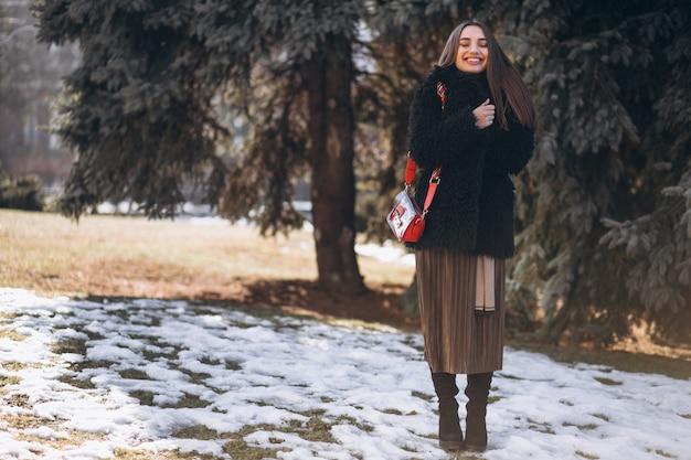 Портрет женщины на улице в парке