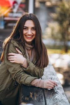 Портрет молодой женщины на улице