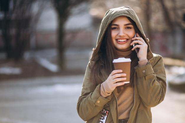 Портрет женщины, пьющей кофе