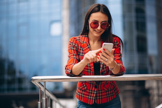 Молодая женщина разговаривает по телефону в офисном центре