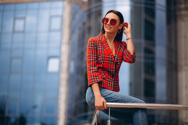 赤いジャケットの若い女性の肖像画