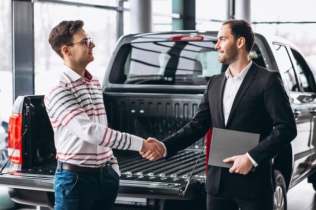 Мужчина покупает машину