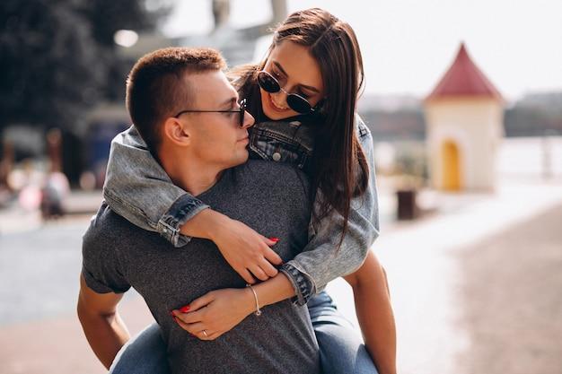 Счастливая пара вместе в парке