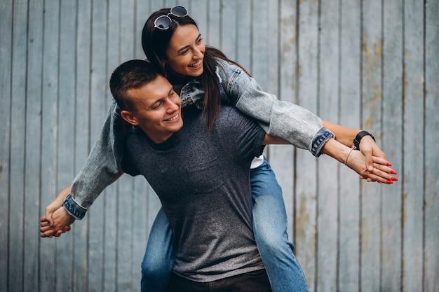 幸せなカップルが一緒に公園で