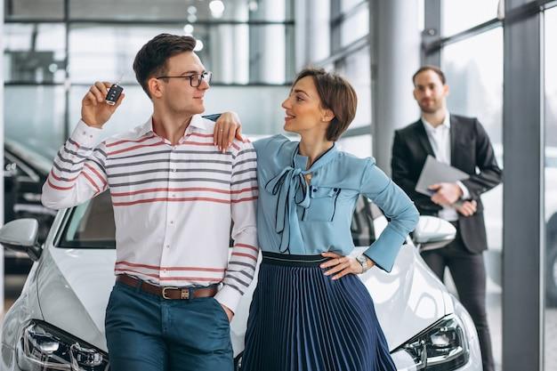 若い家族が車を買う