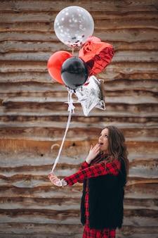 彼女の誕生日の外に風船を持つ女性