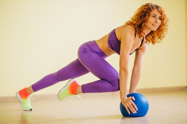 ボールを持つ女性フィットネストレーナー