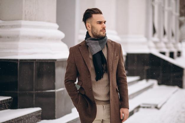冬の外ハンサムな若いビジネスマン