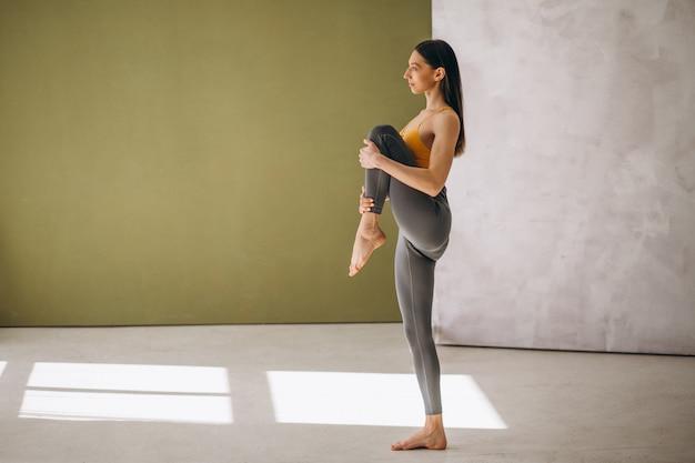 ヨガの練習の女性