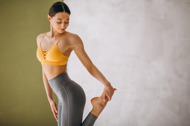 Практикуя йога женщины