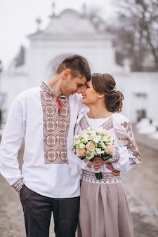 結婚式の婚約カップル
