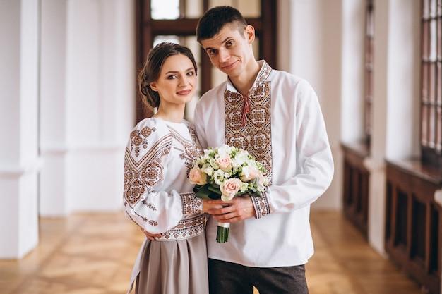 婚約日に結婚式のカップル