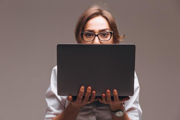 分離されたコンピューターを持つ女性実業家