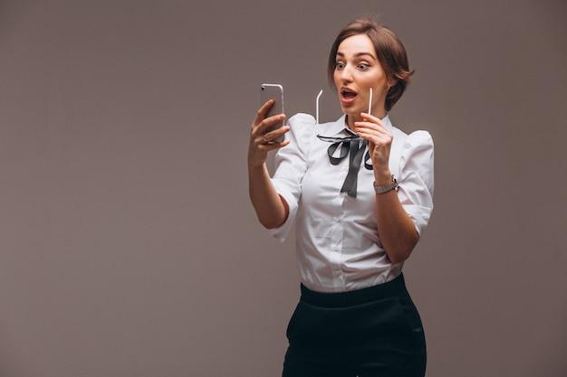 ビジネスの女性が電話で話している分離