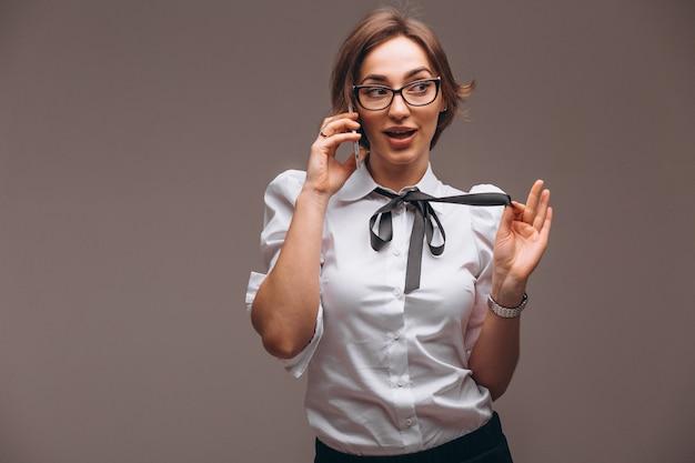 Деловая женщина разговаривает по телефону