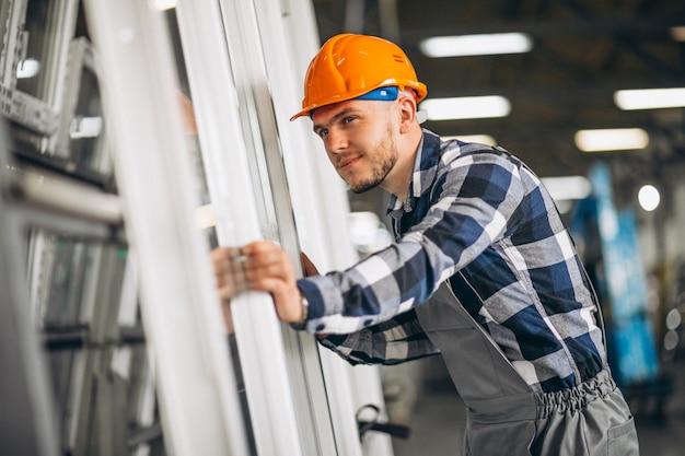 工場で男性労働者