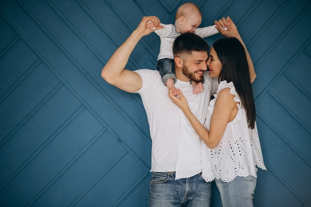 最初の子供と幸せな家庭
