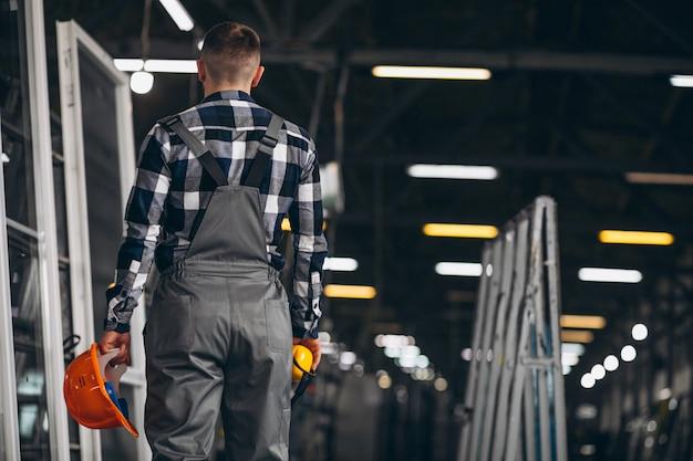 Мужской рабочий на фабрике