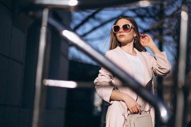 Женщина в пальто гуляет на улице