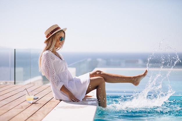 プールサイドでの休暇に若い女性