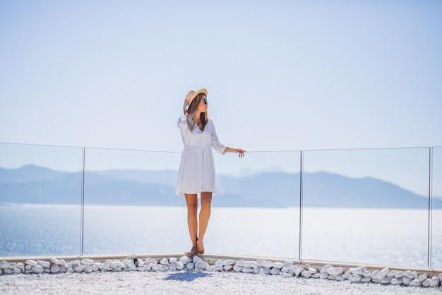 海を見て休暇に若い女性