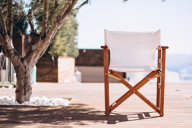 ビーチで手のひらの下で空の椅子