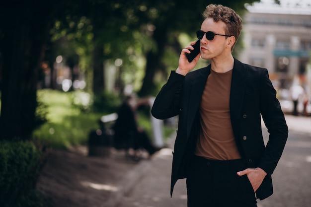 電話を使用して若い男モデル