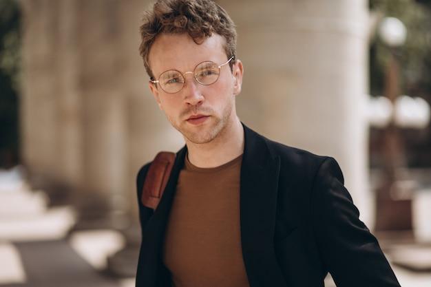 眼鏡の若いハンサムな男の肖像