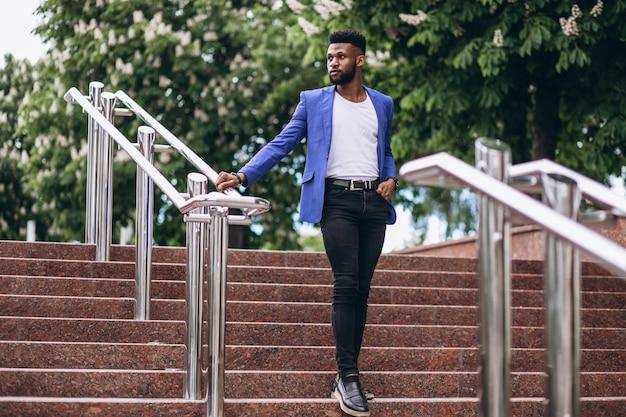 青いジャケットのアフリカ系アメリカ人の男