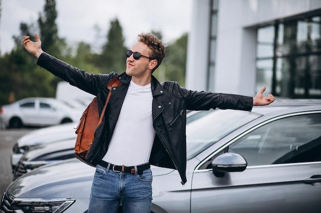 Красивый мужчина турист, покупая автомобиль