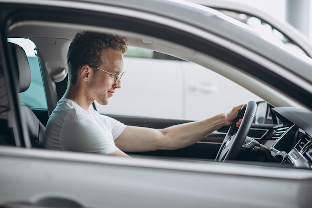 Красивый мужчина сидит в машине