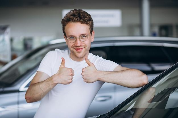 車のショールームで車を探している人