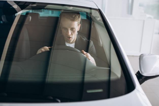 車の中で座っているハンサムな男