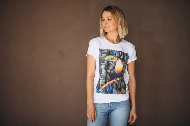 Красивая женщина в футболке